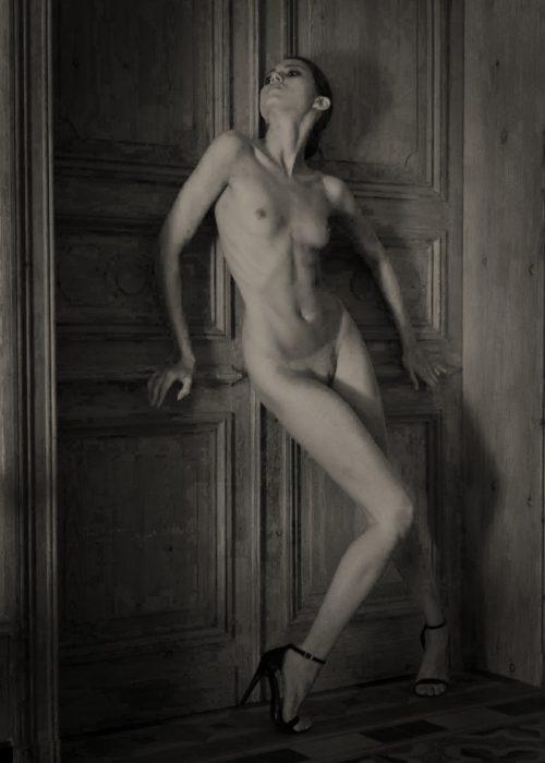 Nude erotic portrait photography by portrait photographer in France session can be arranged in Bordeaux, Paris, Monaco or London. Slide 7